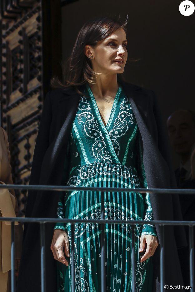 La reine Letizia d'Espagne, dans une robe Sandro, au Monastère de l'Incarnation (Real Monasterio de la Encarnacion) à Madrid le 10 avril 2019.