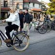 La première dame Brigitte Macron sort de chez elle à vélo, Le Touquet, France, le 25 mai 2019 la veille des élections européennes. © Stephane Lemouton / Bestimage
