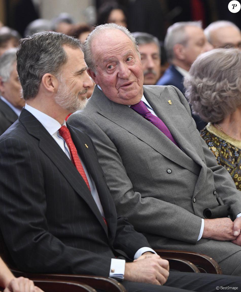Le roi Juan Carlos Ier d'Espagne et son fils le roi Felipe VI lors de la cérémonie des Prix nationaux du sport espagnol le 10 janvier 2019 au palais du Pardo à Madrid.