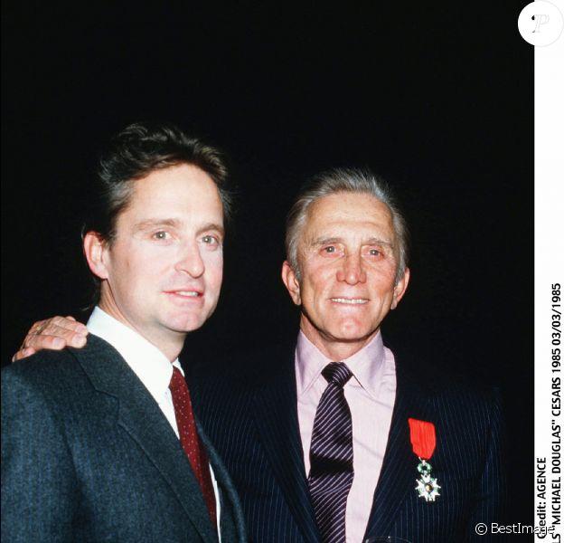 Kirk Douglas et son fils Michael en 1985