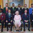 La reine Elizabeth II posant avec les capitaines des équipes de cricket lors de la garden party donnée à Buckingham Palace le 29 mai 2019.