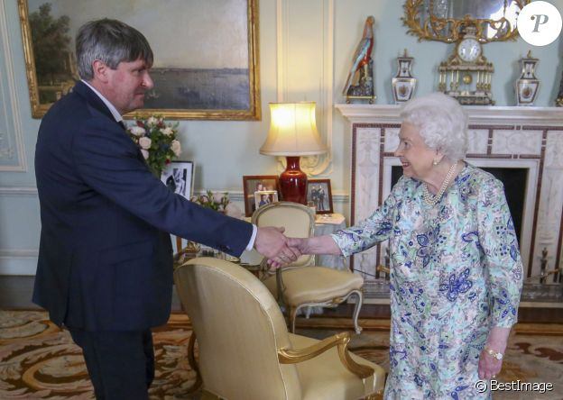 La reine Elizabeth II d'Angleterre reçoit Simon Armitage pour lui remettre la Médaille d'or de la poésie lors de sa nomination en tant que poète officiel au cours d'une audience au palais de Buckingham, à Londres. Le 29 mai 2019  Britain's Queen Elizabeth receives Simon Armitage to present him with The Queen's Gold Medal for Poetry upon his appointment as Poet Laureate during an audience at Buckingham Palace, London. May, 29 201929/05/2019 - Londres