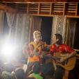 Jazmin Grace Grimaldi avec Ian Mellencamp donnant un concert au village Naidi dans les Îles Fidji, photo publiée sur son compte Instagram le 19 octobre 2018 pour leurs deux ans d'amour.