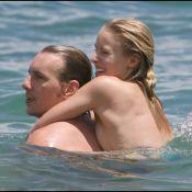 La sexy Kristen Bell porte très bien son nom... surtout en bikini avec son chéri !