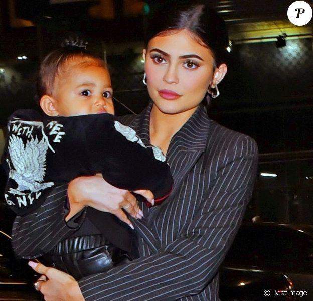 Kylie Jenner a été aperçue avec sa fille Stormi dans les bras alors qu'elle se rend au restaurant Nobu à New York. La jeune milliardaire invite sa fille en tête à tête pour un diner branché, le 3 mai 2019.