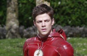 Grant Gustin (The Flash) : Les fesses à l'air en pleine escapade au soleil