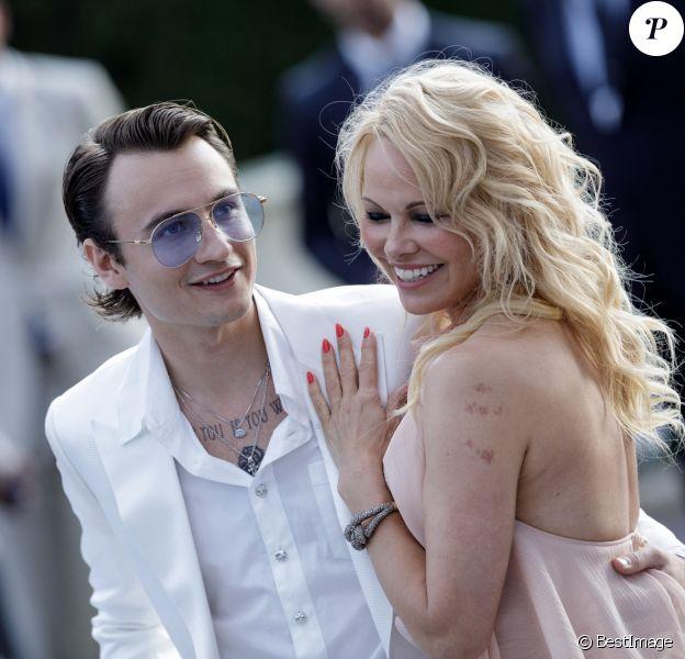 Pamela Anderson et son fils Brandon Lee assistent à la soirée AmfAR Gala Cannes 2019 à l'Eden Roc au Cap d'Antibes, lors du 72ème Festival International du Film de Cannes, le 23 mai 2019. © Jacovides / Moreau / Bestimage
