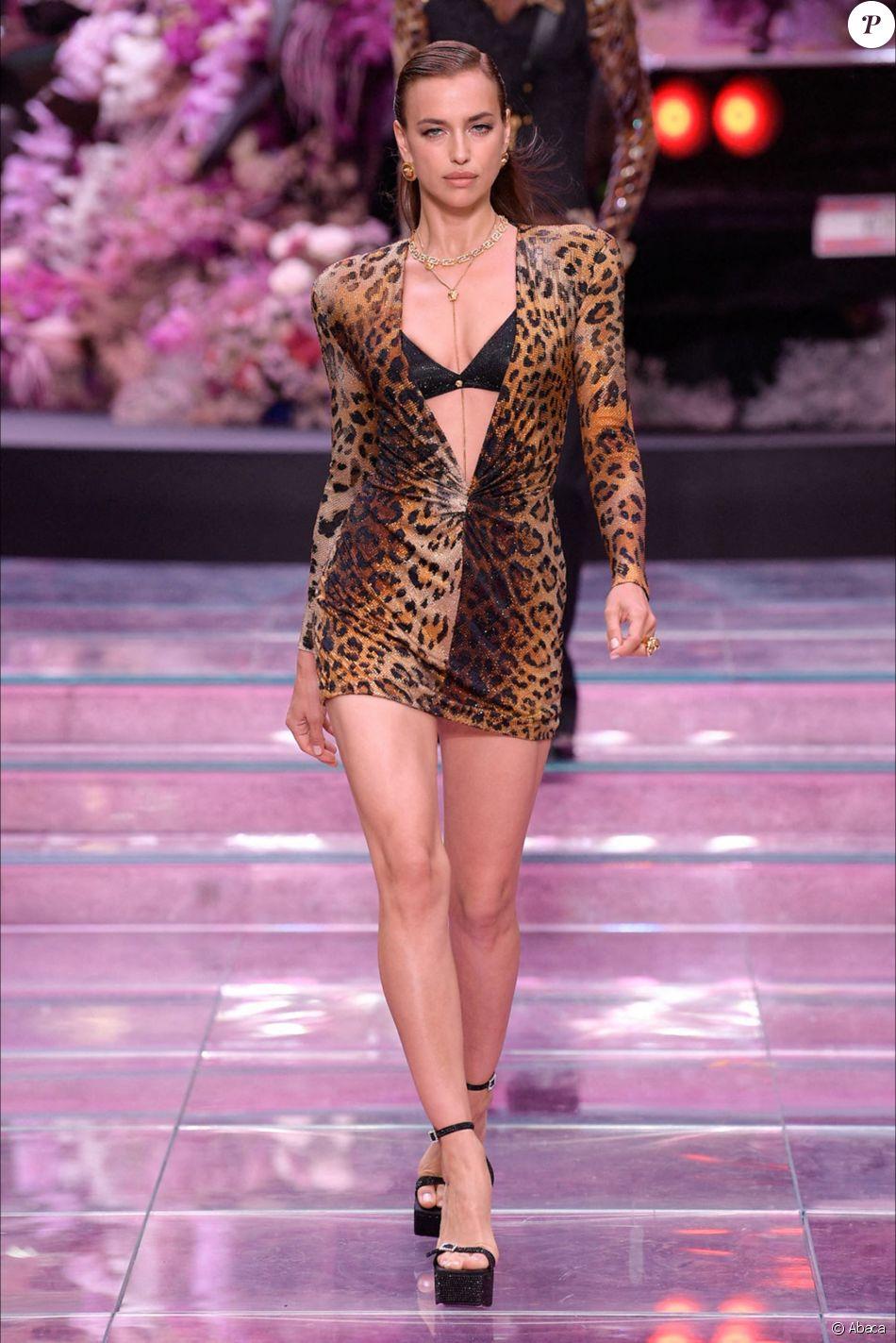Irina Shayk lors du défilé Versace à l'occasion de la Fashion Week à Milan en Italie, le 15 juin 2019.