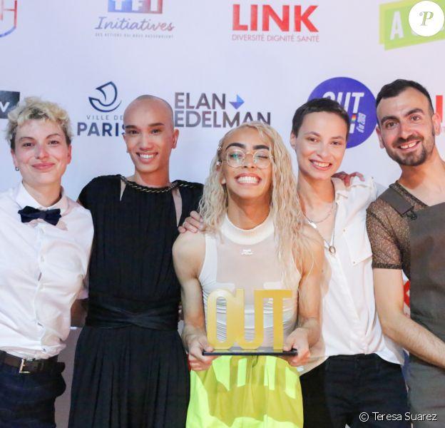 Bilal Hassani, personnalité LGBTI de l'année, l'acteur Yuming Hey, la cheffe d'orchestre Uèle Lamore et les coprésidents de l'AJL, Clémence Allezard et Clément Giuliano, au photocall de la 3e cérémonie des Out d'Or, qui célèbrent la visibilité des personnes LGBTI, au Cabaret Sauvage le 18 juin 2019.