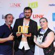 Bruno Solo et la jouranaliste Olga Volfson entourent le rédacteur en chef adjoint de l'Equipe mag, laurétat du prix de la rédaction engagée, au photocall de la 3e cérémonie des Out d'Or, qui célèbrent la visibilité des personnes LGBTI, au Cabaret Sauvage le 18 juin 2019.