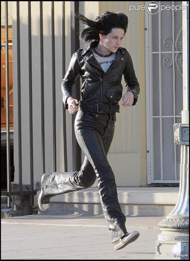 """La jolie Kristen Stewart, lors du premier jour de tournage de """"The Runaways"""", dans lequel elle incarne la rockeuse Joan Jett, à Los Angeles, le 22 juin 2009 !"""