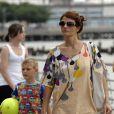 Helena Christensen, superbe, en promenade avec son fils Mingus sur l'île de Manhattan, à New York, le 23 juin 2009 !