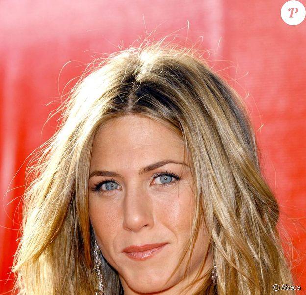 En 2004 lors des Emmy Awards. Lumineuse comme à son habitude, elle laisse sa chevelure au naturel.