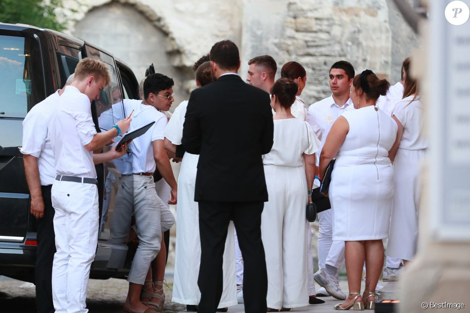 Les invités du mariage en France de Joe Jonas et sa femme Sophie Turner  arrivent au
