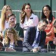 Kate Middleton, duchesse de Cambridge (robe Suzannah), avec ses amies les tenniswomen Katie Boulter et Anne Keothavong dans les tribunes du court annexe n°14 à Wimbledon le 2 juillet 2019 à Londres.