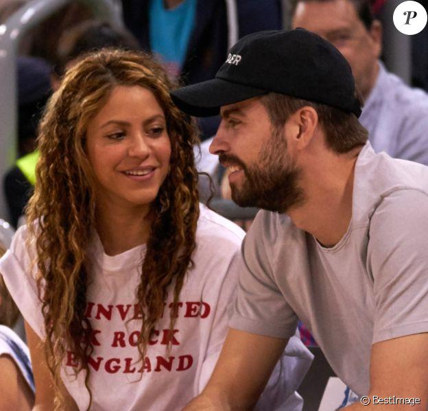Shakira, son mari Gerard Piqué et leurs enfants Sasha, Milan dans les tribunes du match de basket entre le FC Barcelone et San Pablo Burgos à Barcelone le 10 mars 2019.