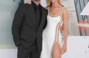 Rosie Huntington-Whiteley en robe fendue au bras de son mari Jason Statham