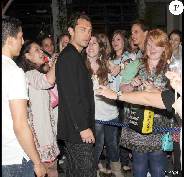 Jude Law à la sortie du Wyndham's Theatre, le 26 juin 2009