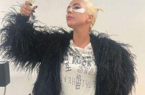 Lady Gaga : Robe en cuir et veste à plumes pour lancer sa marque de maquillage