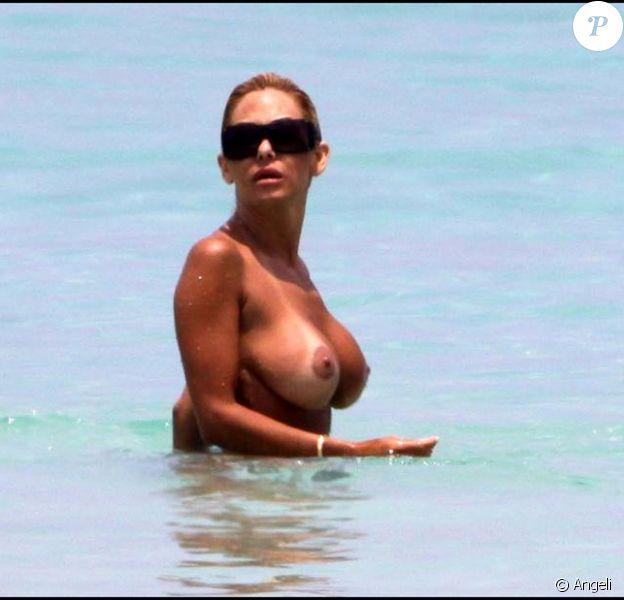 Shauna Sand fait du topless sur une plage de Miami, en compagnie de son boyfriend.