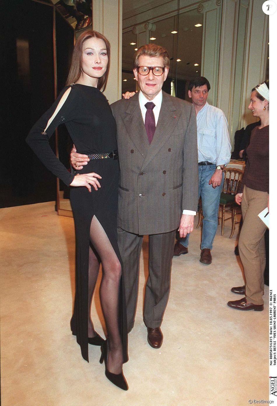 Carla Bruni défile pour Yves Saint Laurent.