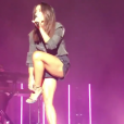 Jenifer recadre un spectateur lors de son concert à Saint-Louis en Alsace, le 3 août 2019.