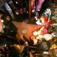 Hommages rendus par les fans autour de l'étoile de Michael Jackson, sur le Walk of Fame