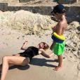 Natalia Vodianova et un de ses fils à la plage. Juillet 2019.