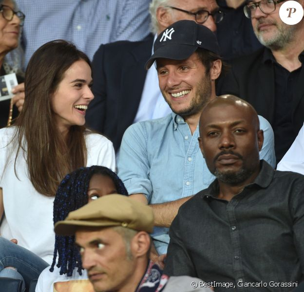 Vianney Bureau (Vianney), sa compagne Catherine Robert et Harry Roselmack dans les tribunes lors du match de championnat de Ligue 1 Conforama opposant le Paris Saint-Germain au Toulouse FC au parc des Princes à Paris, France, le 25 août 2019. Le PSG a gagné 4-0. © Giancarlo Gorassini/Bestimage