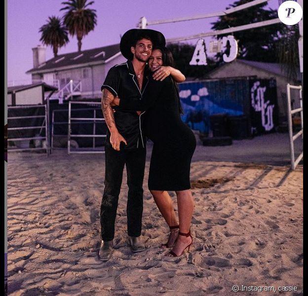La chanteuse Cassie s'est fiancée à amoureux Alex Fine. Instagram, le 27 août 2019.