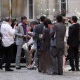 Les jeunes mariés ont été félicités par leurs amis sous de nombreux grains de riz et pétales de roses !