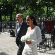 La mariée arrivant au bras de son très élégant papa à la Mairie du XVi arrondissement de Paris