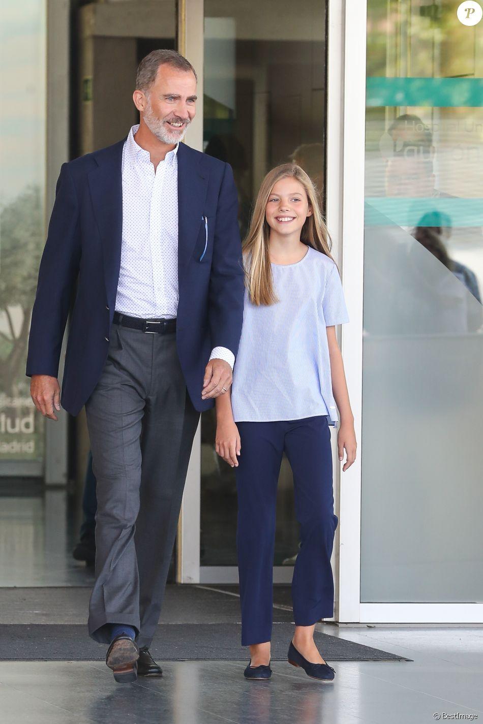 Le roi Felipe VI d'Espagne a rendu visite avec sa fille l'infante Sofia au roi Juan Carlos Ier d'Espagne, en convalescence à l'hôpital Quiron Salud de Madrid après un triple pontage coronarien, le 29 août 2019.