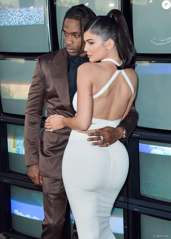 Travis Scott avec sa compagne Kylie Jenner à la première du prochain documentaire de Netflix Look Mom I Can Fly au Barker Hangar dans le quartier de Santa Monica à Los Angeles. Ce nouveau documentaire sera disponible à partir du 28 août sur Netflix. Le 27 août 2019