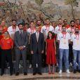 Le roi Felipe VI et la reine Letizia d'Espagne, habillée d'une robe Carolina Herrera, ont reçu les champions du monde espagnols au palais de la Zarzuela le 16 septembre 2019 au lendemain de leur victoire à la Coupe du monde de basket-ball à Pékin.