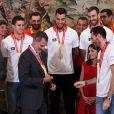 Le roi Felipe VI, qui a reçu des mains du capitaine Rudy Fernandez une médaille, et la reine Letizia d'Espagne, habillée d'une robe Carolina Herrera, ont reçu les champions du monde espagnols au palais de la Zarzuela le 16 septembre 2019 au lendemain de leur victoire à la Coupe du monde de basket-ball à Pékin.
