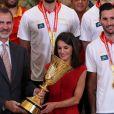 Le roi Felipe VI et la reine Letizia d'Espagne ont pu eux aussi soulever le trophée lorsqu'ils ont reçu les champions du monde espagnols au palais de la Zarzuela le 16 septembre 2019 au lendemain de leur victoire à la Coupe du monde de basket-ball à Pékin.