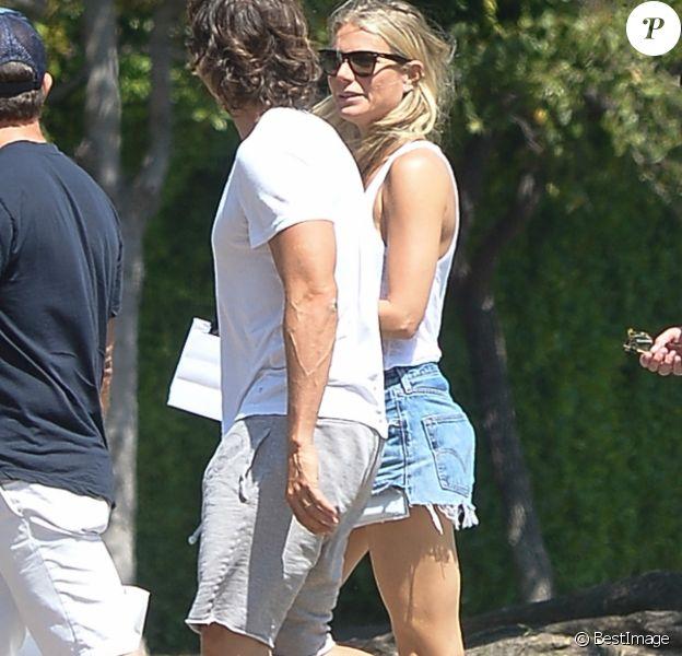 Exclusif - Gwyneth Paltrow et son mari B.Falchuk lors d'une sortie à pied avec des amis à Los Angeles le 2 septembre 2019 02/09/2019 - Los Angeles
