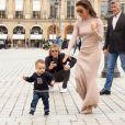 Eva Longoria et son fils Santiago se promènent place Vendôme à Paris, à l'occasion de la fashion week. Le 25 septembre 2019