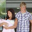 Fernando Torres et sa compagne Olalla Dominguez présentent leur petite Nora, le 10 juillet 2009