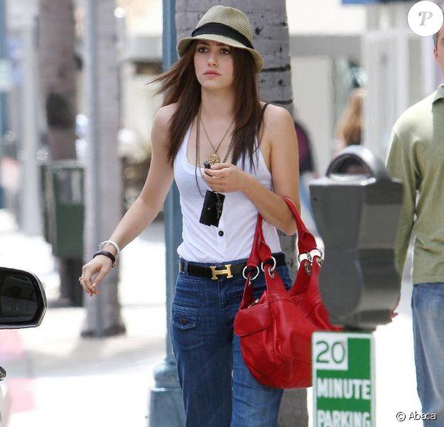 Emmy Rossum, dans les rues de Beverly Hills. Look : bleu, blanc, rouge !