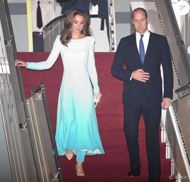 La duchesse Catherine de Cambridge et le prince William lors de leur arrivée au Pakistan pour une visite officielle de cinq jours, le lundi 14 octobre 2019 à la base aérienne Nur Khan à Rawalpindi, non loin de la capitale Islamabad.