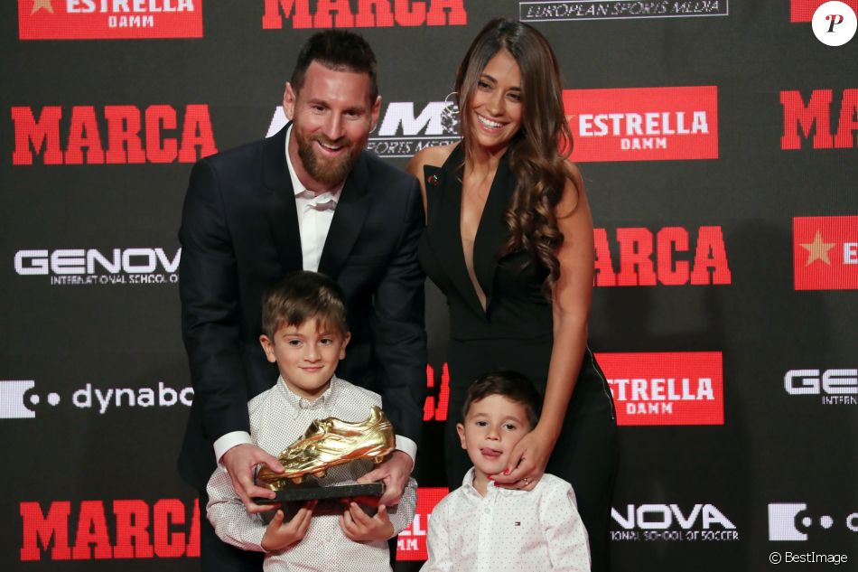 """Le joueur du FC Barcelone, Lionel Messi reçoit le sixième """"Soulier d'or"""" de sa carrière, en présence de sa femme Antonella Roccuzzo et de ses fils Thiago et Mateo à Barcelone, le 16 octobre 2019."""