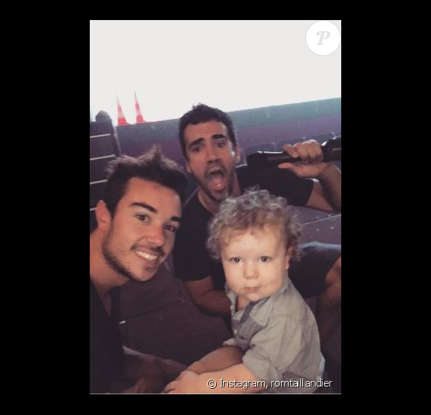 Alex Goude pose avec son mari Romain et leur fils Elliot. Instagram, août 2016