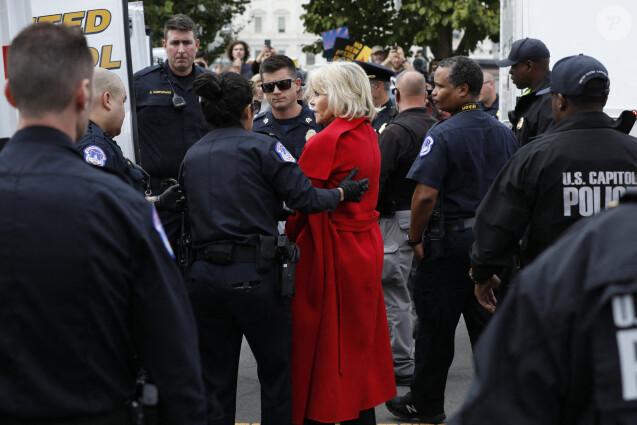 Jane Fonda a été arrêtée pour la troisième fois en trois semaines lors d'une manifestation pour le climat devant le Capitole à Washington le 25 octobre 2019 avec le mouvement Fire Drill Fridays.