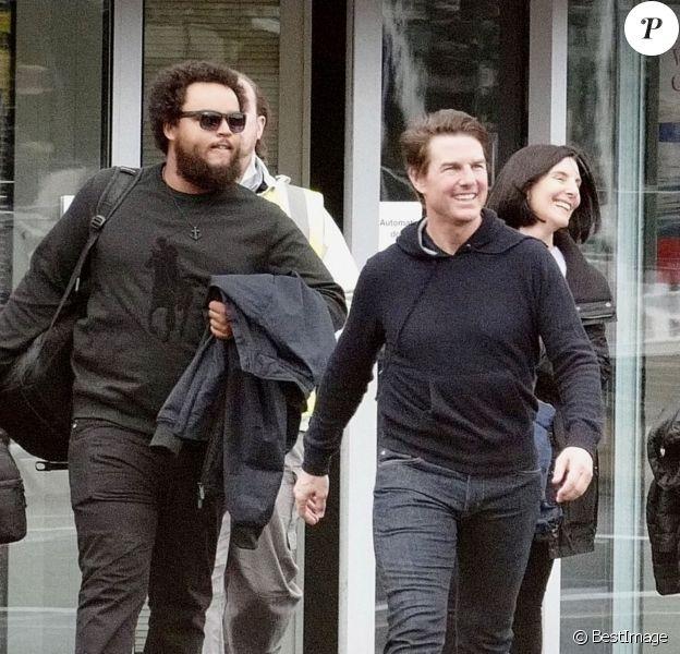 Exclusif - Tom Cruise emmène son fils Connor Cruise faire un tour dans son hélicoptère à Londres le 11 octobre 2019.