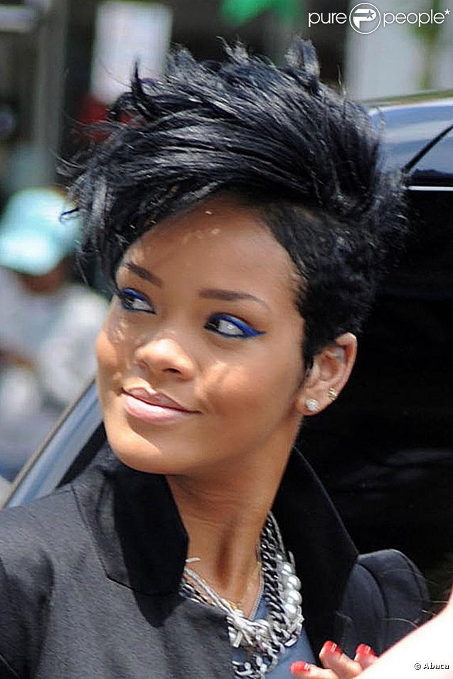 Fabuleux Rihanna a opté pour la crête elle s'est rasé les deux côtés de  JT35