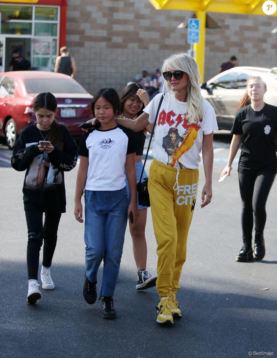 """Laeticia Hallyday a déjeuné chez """"In And Out Burger"""" avec ses filles Jade et Joy, son amie Hortense d'Estève et ses filles Romy et Nina avant d'aller les déposer à l'aéroport LAX de Los Angeles. Le 2 novembre 2019."""