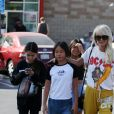 """Laeticia Hallyday en jogging jaune, tee-shirt AC/DC et baskets pour déjeuner chez """"In And Out Burger"""" avec ses filles Jade et Joy, son amie Hortense d'Estève et ses filles Romy et Nina avant d'aller les déposer à l'aéroport LAX de Los Angeles. Le 2 novembre 2019."""