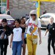 """Laeticia Hallyday a déjeuné chez """"In And Out Burger"""" avec ses filles Jade et Joy, son amie Hortense d'Estève et ses filles Romy et Nina avant d'aller les déposer à l'aéroport LAX de Los Angeles. Laeticia a déposé Hortense d'Estève et ses filles au terminal international. Le 2 novembre 2019."""